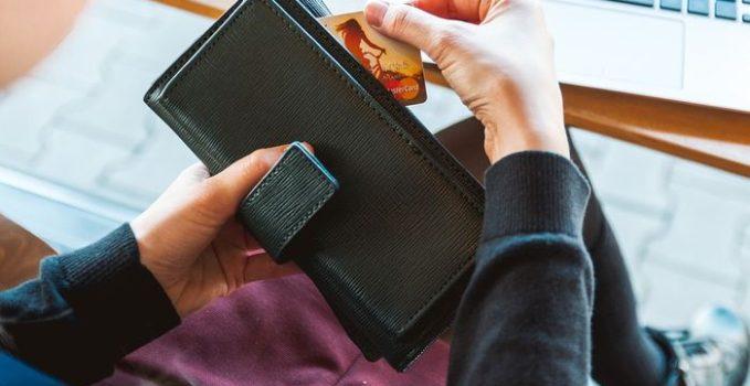 portefeuille avec un billet